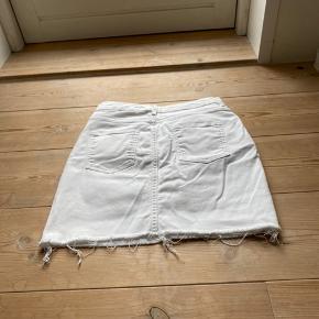 God hvid cowboy nederdel fra H&M. Den er god men brugt🌸💚💛 super fin nu til sommer!  Husk jeg sælger ud, så kører et tilbud der hedder 3 stykker tøj for 2's pris. Heraf medfølger det billigste stykke🌸