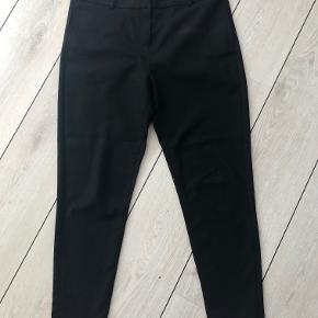 Super lækre bukser med god pasform.  Liv. 88 cm  Total længde 96 cm
