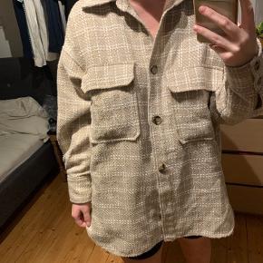 Flot jakke, som både kan bruges som blazer og jakke :) Byd  *Se eventuelt mine andre annoncer*