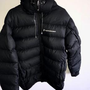 Peak performance jakke  Købt i Peak Performance butikken for 3200,- Fin stand men den har to små huller bag på :/