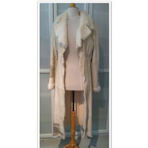 Bytter ikke. Mp. kr. 575,- eksklusiv porte. Jeg har købt denne flotte frakke, tøjmærket er Mille K. str. 36, her på Trendsales, men jeg har aldrig  fået gået med den, da den er for lille. Speciel og frakke i råt look, med bælte i læder. Brugt, men fremstår i pæn stand. Størrelsesguide str. 36; Bryst mål 84 - 86 cm Talje mål 66 - 68 cm Hofte mål 90 - 92 cm Længde fra skulder og ned 127 cm. 100% Kanin.