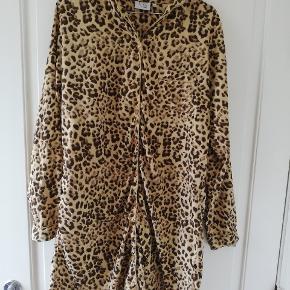 Behagelig natskjorte med leopard-mønster i glat materiale. Brugt 1-2 gange. Tager ikke billede af tøjet på. 🌺