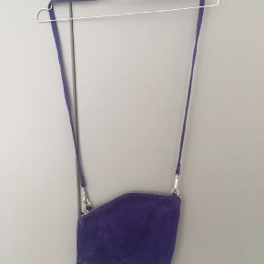 Smuk konge blå taske fra Weekday i ruskind. Har kun være brugt få gange og ruskindet har derfor lidt tegn på slid.
