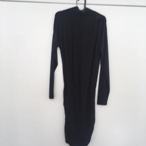 Rigtig fin kjole med en ekstra fin detalje på Venstre skuldre. På den nederste del af kjolen er der 2 lag stof. Lynlås øverst på ryggen.  Style: Meadow dress ms16   Fejlkøb