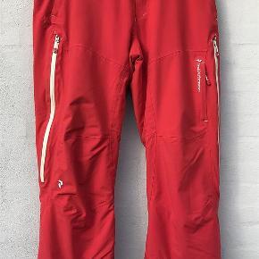 """Varetype: Lækre ski- eller snowboardbukser Størrelse: XL Farve: Rød Oprindelig købspris: 2500 kr. Prisen angivet er inklusiv forsendelse.  Rigtig lækre skibukser fra Peak Performance HIPE sælges.  De har de uundgåelige """"ski-ridser"""" nede ved fødderne (se billede) ellers fejler de intet. Ps. selerne kan jeg ikke finde.  Brugt på 4 skiferier.  Jakke der passer til er på en anden annonce.   TRYK PÅ """"KØB NU"""" FOR AT SIKRE DIG HANDLEN :-)"""
