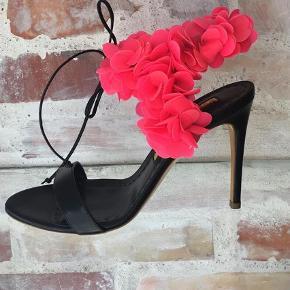 Meget smuk og elegant sandal fra Rupert Sanderson. I original æske. Nypris 7850,-  Sandaler Farve: Sort