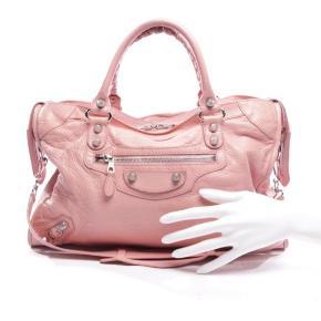 Overvejer at sælge min pink balenciaga city taske med sølv hardware 💖 Købt hos Vestiaire og kun brugt få gange siden. Dustbag og ægthedsbevis medfølger.