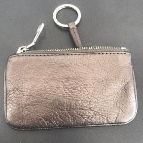 """Lille Marc By Marc Jacobs pung med nøglering.  Læderet ser lidt """"krøllet"""" ud, men sådan har den altid set ud.  Hardwaren er lidt slidt efter brug."""
