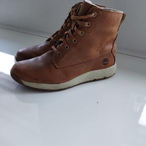 Lækker vinterstøvle fra Timberland. Kan bruges af pige og dame str 38  Lynlås med velcro-snip indover
