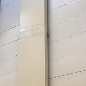 Hvide LACK svævehylder med beslag, klar til st hænge op. Mål: 126x110cm. Har 2 stk. Har flere LACK svævehylder på min side.