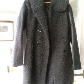 Rigtig dejlig jakke med imiterede skindærmer,sjalshætte/lynlåslommer/perfekt pasform/kripsnær,men rummelig/grå med sorte ærmer og foer Forår,efterår,vinter