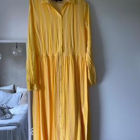 Kjolen er brugt få gange og står næsten som ny.