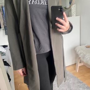 En rigtig fin jakke fra only, med bindebånd. Den går til midten af låret ca:) kun brugt få gange Farven er ret utydeligt, men er en svag grøn farve  Grøn/brun agtig.  Prisen er 130kr eller kom med et bud;)   BYD! Skal bare væk!   Prisen er uden fragt:)