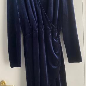 Blå velourkjole med elastik i taljen. Brugt én gang  Køber betaler porto eller kan hentes i Lyngby
