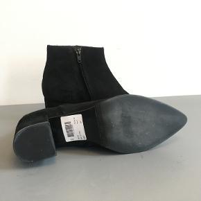 Billi bi, sort støvle i ruskind, str. 37, aldrig brugt. 4,5-5 cm hæl