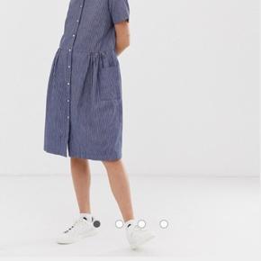 Selected kjole i str. 40 Med lommer og knapper  Brugt få gange