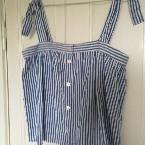 Blå stribet top fra monki med knapper og regulerbar stropper. Aldrig brugt. Toppen koster 50 kr alene og tilhørende nederdel koster 70 kr alene. Hvis begge ting købes samlet kan det fåes for 100 kr.  Køber betaler fragt.