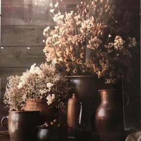 blomsterbillede 40x50cm Afhentning i Valby.  Plakaten sidder i ramme og sælges samlet.