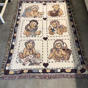 Babytæppe/sengetæppe - Priscilla Hillman tæppe - frem står som ny, da det kun har ligget til pynt.  Mål 120x170  Fra røgfri hjem  Sender gerne på købers regning.