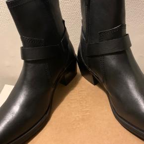 Sorte western boots i skind fra UO i str 39 (Ikke store i str, så tror muligvis de svarer til 37,5-38) Sælges for 340 plus porto  Nypris 800+ (845) Total højde knap  21 cm Omkreds målt øverst og udenpå ca 25 - 25,5 cm Hæl højde ca 5,5 og sål ca 1 cm foran Har dem også i 39 - se anden annonce