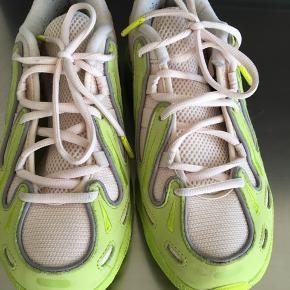 Super fede sneakers fra Adidas - brugt tre gange. Lidt sort fnulder indvendigt - derudover ingen brugsspor. Super pasform - nypris 900,-. Købt i Samsøe Samsøe september i år. Str 38 2/3. Bytter ikke.