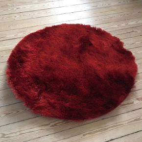 Tæppen er taget ud af indpakningen, men er fuldstændigt nyt.  Det er købt på Benuta.dk, og det er 80cm i diameter.   Det kan afhentes på Trøjborg, Aarhus N, eller der kan aftales fragt :)