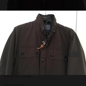 Frakke i str. 50 i brun-grøn. Bomuld/polyamid blanding. Tåler maskinvask på 30 grader. Nypris: 3.199 kr.