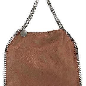 """Varetype: Falabella taske Størrelse: 8 cmx 36 cm x 33 cm Farve: Brunlig  Sælger denne fine falabella taske i en brunlig nuance fra Stella McCartney. Tasken er aldrig brugt, men har bare ligget i skabet. Der ligger stadig """"beskyttelsespapir"""" omkring kæderne og Stella McCartney tagget. Dustbag medfølger.  Ca. mål: Dybde: 8 cm Bredde: 36 cm Højde: 33 cm  Bemærk: det er den almindelige falabella med to hanke (ikke med den lange kæde).  NB! Sælges billigt til 3.600,- kun ved afhentning"""