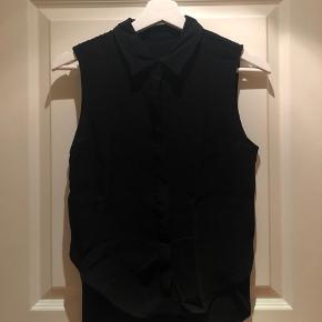 Mega fin kortærmet skjorte fra Zara i sort.   Jeg er ikke helt sikker på hvad størrelsen er, da jeg har klippet mærket ud, men jeg kan passe den og jeg bruger XS-S.   Skjorten er lidt længere bagpå end foran.   Brugt ca. 2 gange.   Sælger billigt.
