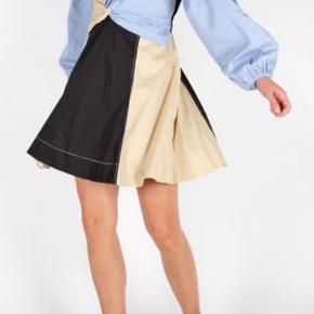 Light Stretch Cotton Dress fra Ganni Ballonærmer V-udskæring Fremstillet i 71% bomuld, 26% polyester og 3% elastan Bytter ikke