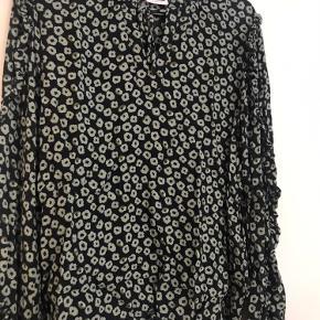 Super fin bluse, med smukke detaljer 🌸 dog en lille fejl foran, se billede 💕