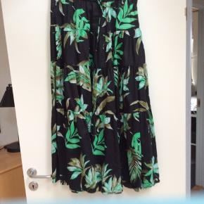 Str. svarer til en Large - Har en bluse til salg som passer til nederdelenc