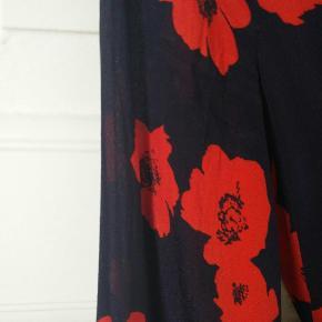 Wrap-around dress in dark navy and red from Baum und pferdgarten.