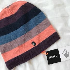 Ny stribet Molo hue, model Colder. Str 3-5 år - ny med mærke.  Mp 100pp - kan sendes for kr. 20 med alm. post