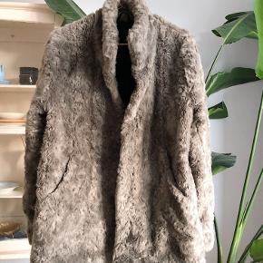 Blød og varm faux fur fra Tiger of Sweden i super fin stand.