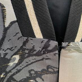 Skøn kimono / løs jakke. I fine farver her til efteråret. Aldrig brugt