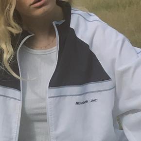 Cool vintage jakke fra Reebok 🌸 Fitter stort set alle størrelser, jeg er selv en xs/S