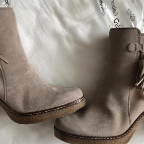 Superflotte støvler fra Gabor.  Hælhøjde 9 cm og 2 cm plateau.   Ankelstøvler Farve: Beige