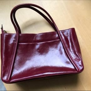 Mørkerød håndtaske fra ADAX, rigtig pæn stand, brugt ganske lidt. Kommer fra ikke ryger hjem. Sender gerne, modtager betaler fragten.