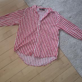 Flot rød/Hvid stribet skjorte sælges 👈 Den er i fin stand, trænger dog til en strygning ❤️❤️❤️