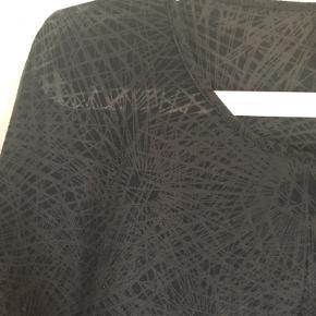 Brystvidden: 100cm  Dejlig blød t-shirt fra Soyaconcept i sort/mørkebrun🌸 Blusen er gennemsigtig, det ses på billedet🌸 77% polyester 23% viscose