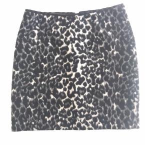 InWear nederdel, str. 34. Længde: 42 cm. 'Fussy' stof m foer, lynlås og hægte bagpå. Mega fin - længde ca midt på lår. Opbevaret i røgfrit hjem uden kæledyr.