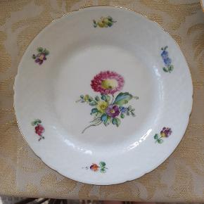 Bing og Grøndahl - Sachisk Blomts stor kagetalllerken, 28. Dia 17, 5 cm  Prisen er pr. stk, og vi har de tre viste tallerkner til salg.