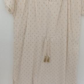 Nogle af kjolerne er brugt 1-2 gange , andre lidt mere. Alle super fine og velholdte. Skriv for størrelse