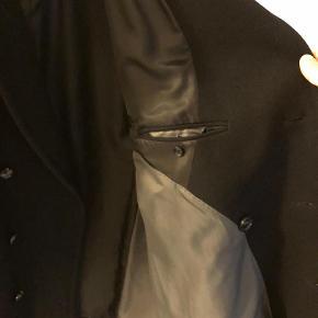 Brand: Vannucci Varetype: Frakke Farve: Sort Oprindelig købspris: 1500 kr. Prisen angivet er inklusiv forsendelse.  Vinterfrakke fra Vannucci  Stort set som ny. Brugt meget lidt  Str: 46  Skriv evt. for flere billeder
