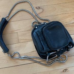 Fedeste og praktiske taske fra Alexander Wang! Mange gode små lommer og gode lynlåse.   Kæden har fået få tryk, deraf prisen.  Den vil elske lidt læderfedt, så vil læderet få helt nyt liv.  Prisen er fast.