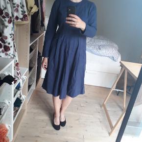 Super smuk blå kjole fra COS, perfekt til både hverdag og fest