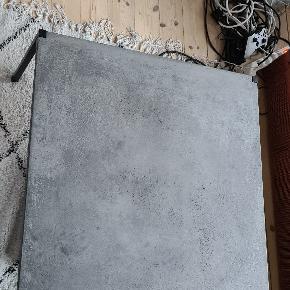 Flot sofabord fra Eberhart furniture. Fremstår med mindre ringe fra kopper, mem de er svære at se på grund a teksturen i betonpladen.