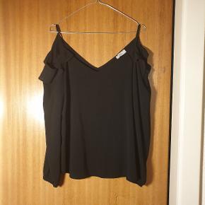 Smuk trøje, med exposed shoulders. Str. 38