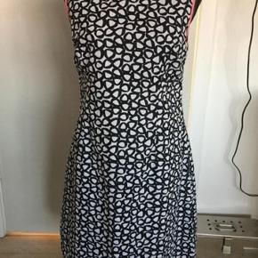 Sort/hvid kjole med pink. Længde ca 93 cm. Bryst ca 94-95 cm. Lukkes med lynlås i ryg. Med foer. I pæn stand, fejler intet